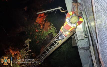 В Запорожье мужчина выпал из окна многоэтажки и зацепился за кондиционер на 5 этаже