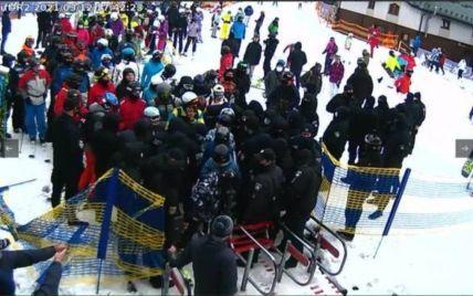 """Полиция заблокировала работу подъемника на """"Буковеле"""", а разгневанные отдыхающие ломали забор"""