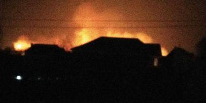 Спасателям приходится идти пешком к месту крупного пожара на окраине Киева
