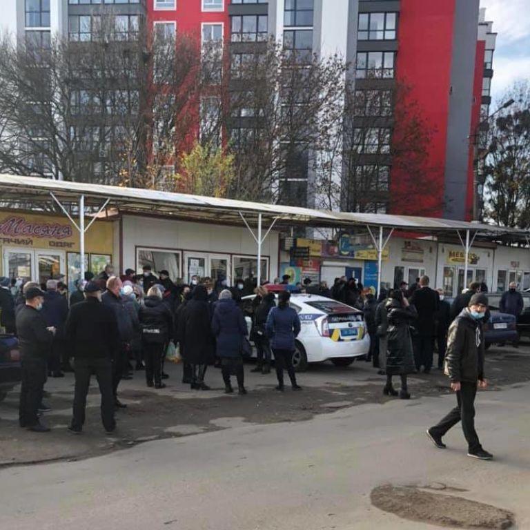 Во Львове полиция заблокировала работу как минимум четырех рынков и торгового центра