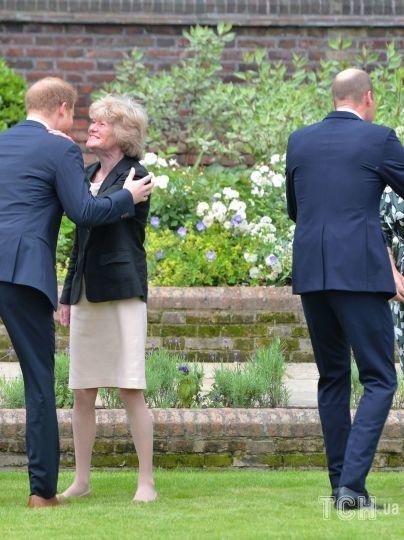 Принц Гаррі и принц Вільям вітають своїх тіток леді Сару Маккоркодейл (друга зліва) і леді Джейн Феллоуз на відкритті статуї принцеси Діани / © Getty Images