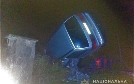 У Львівській області водій влетів в огорожу цвинтаря і загинув на місці: фото