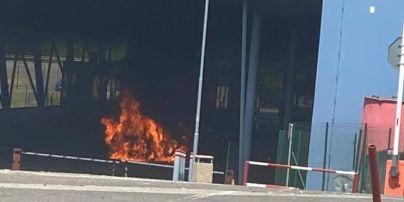 На КПП із Словаччиною чоловік підпалив свою автівку