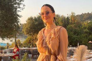 У пудровій сукні з рюшами: Даша Астаф'єва у ніжному аутфіті повеселилася на вечірці