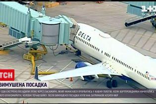 Новини світу: у США екстрено посадили літак через пасажира, який ломився до кабіни пілотів