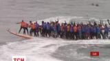 Десятки людей в Калифорнии забрались на одну доску для серфинга