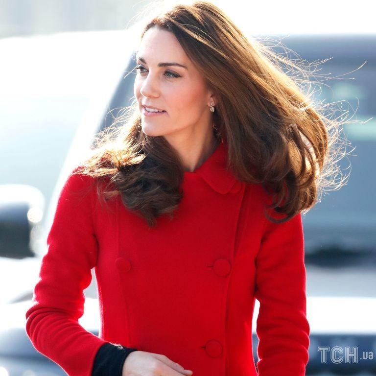 В красном пальто и с безупречной укладкой: герцогиня Кембриджская презентовала книгу