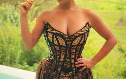 В платье с анималистическим принтом: сексуальная Деми Роуз покормила жирафа