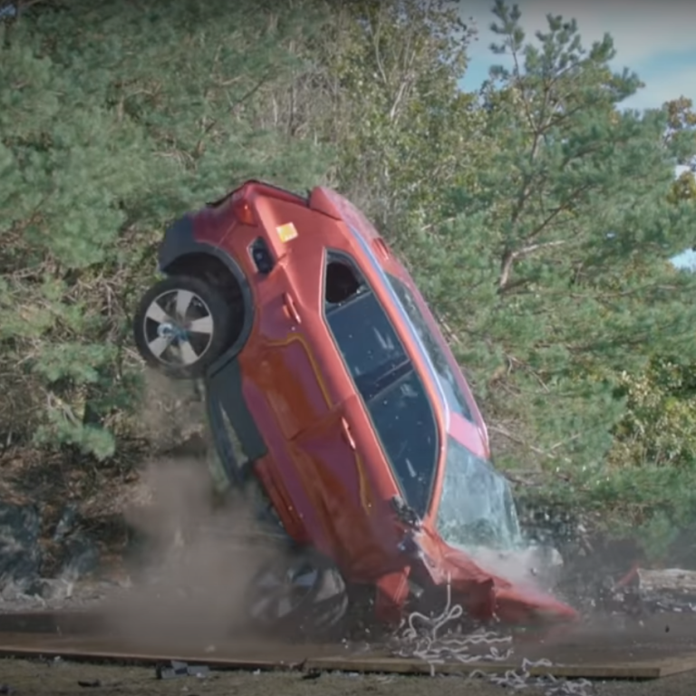 Volvo скинула декілька своїх моделей із 30-метрової висоти заради безпеки: відео