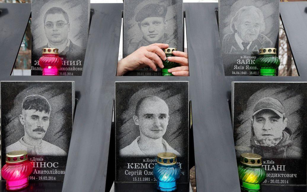 Люди вшановують пам'ять героїв Небесної сотні / © Reuters