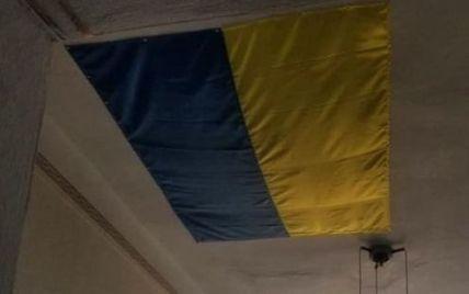 У Миколаївській області національним прапором залатали дірку на стелі: користувачі соцмережі шоковані