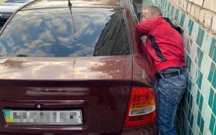 В Киеве вор застрял в разбитом окне машины
