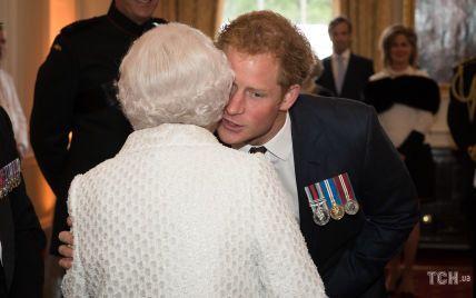Особливе фото від Чарльза і милі кадри Єлизавети II: як королівські родичі привітали Гаррі