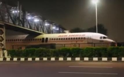 В Индии самолет застрял под пешеходным мостом: как так произошло (видео)