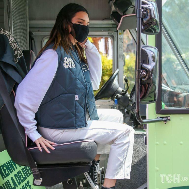 Несподівано: Кендалл Дженнер запустила власний бренд текіли і покаталася на величезному фургоні