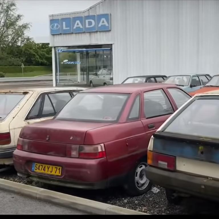У Франції знайшли занедбаний автосалон LADA, в якому гниють автомобілі