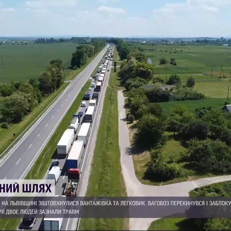 Чекають на ще один кран, дорога в кілометрових заторах: перевернуту фуру із траси Київ-Чоп не можуть прибрати