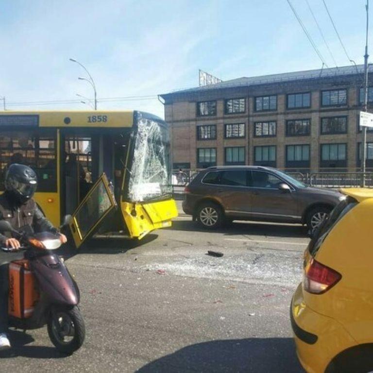 Масштабная авария в Киеве с участием автобусов: подробности происшествия и состояние пострадавших