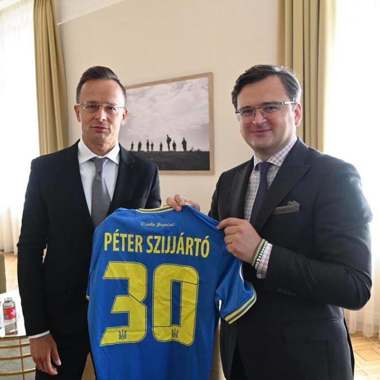 Кулеба подарил Сийярто форму сборной Украины по футболу