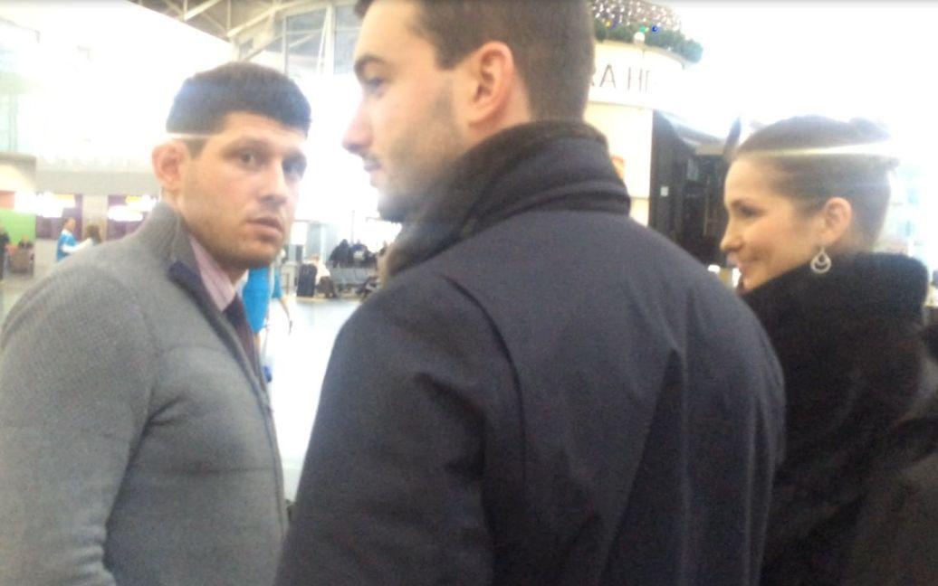 Євгенія та Артур в очікуванні рейсу спілкувалися із друзями у кафе / © ТСН.ua