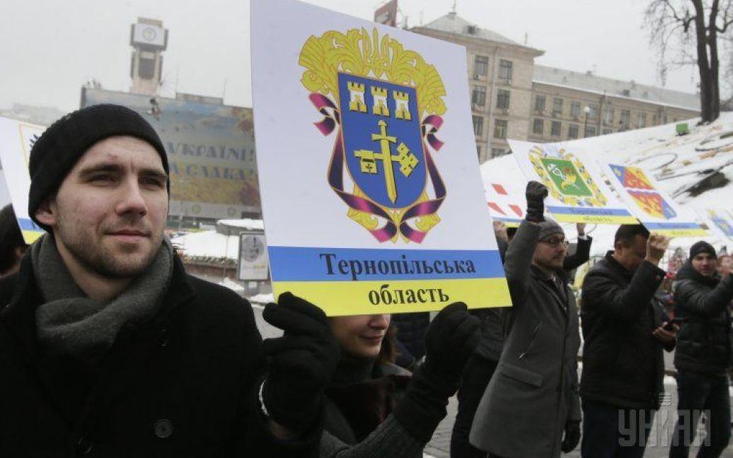 Під час флешмобу на Інститутській активісти зібрали герби різних регіонів України / © УНІАН