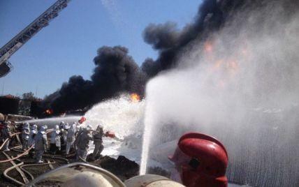 Спасатели начали пенную атаку для ликвидации пожара под Васильковом