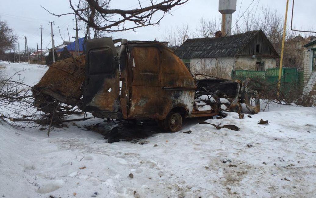 Спалений автомобіль у Станиці Луганській / © thekievtimes.ua