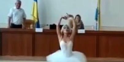 Занимает должность не просто так: под Одессой чиновница переоделась в балерину и станцевала на дне рождения мэра (видео)