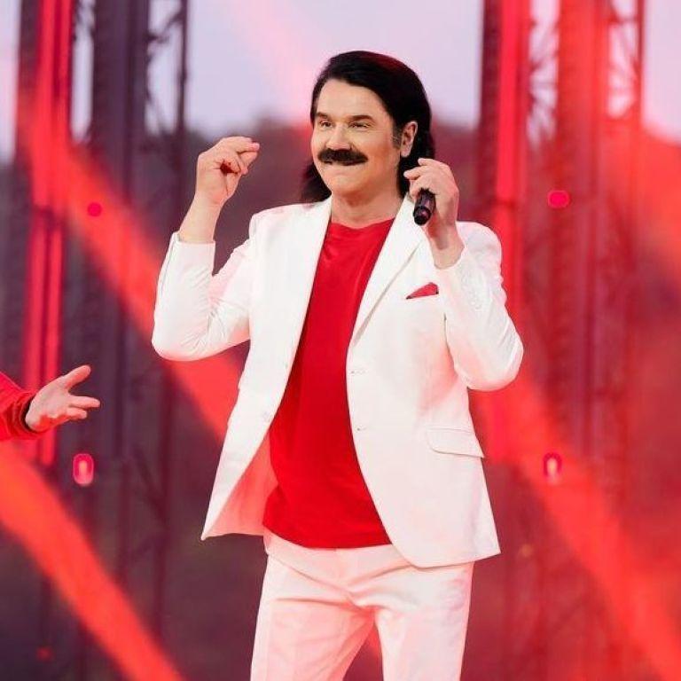 У білому костюмі і червоній футболці: стильний Павло Зібров виконав попурі своїх хітів на березі Дніпра