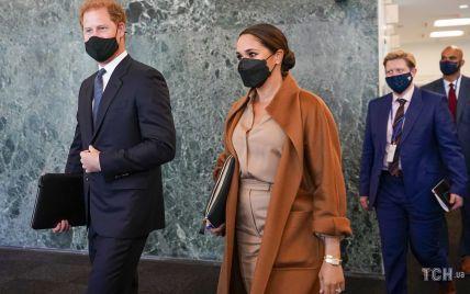 В наряде нюдовых оттенков и ярком пальто: новый образ герцогини Меган в Нью-Йорке