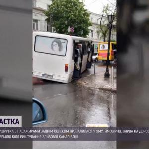 В Одесі заповнена людьми маршрутка провалилась в діру в асфальті