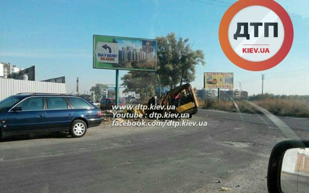 Легковушка на большой скорости протаранила маршрутку / © facebook.com/dtp.kiev.ua
