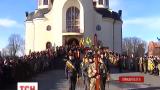 Тисячі людей прийшли у Коломиї на поховання бійця Нацгвардії Романа Фурика