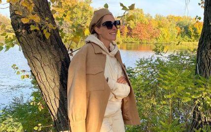В трикотажном костюме и берете: Катя Осадчая показала кадры с осенней прогулки
