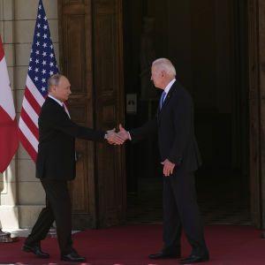 """""""Будь здоров, до свидания"""" и беспрецедентные меры безопасности: интересные факты из рукопожатий Байдена и Путина"""