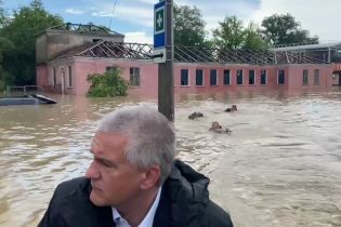 """""""Найдивніше відео дня"""": у затопленій Керчі за Аксьоновим калюжами пливли кролем троє чоловіків"""