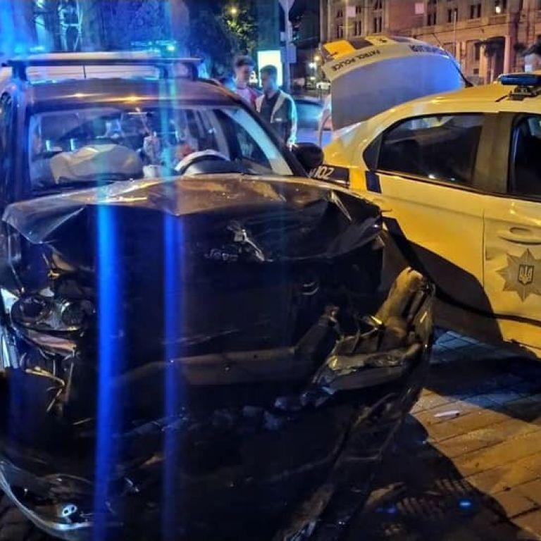 Сбили людей на тротуаре: в центре Львова из-за Jeep, который не пропустил авто патрульных, произошло ДТП (фото)
