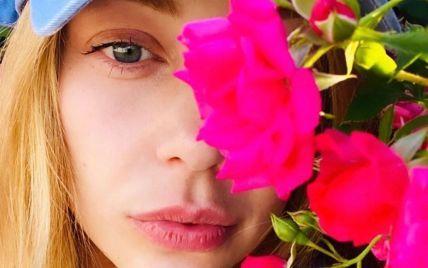 Тина Кароль без макияжа похвасталась розарием во дворе своего дома