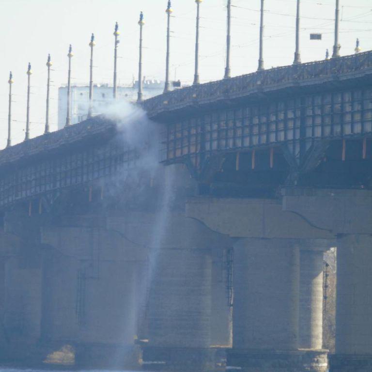 У Києві на мосту Патона утворився водоспад: знову прорив труби