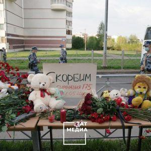 Охапки цветов, игрушки и слезы родных: в Казани хоронят погибших во время ужасной стрельбы в школе