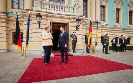 В формате с глазу на глаз: в Киеве начались переговоры Зеленского и Меркель