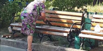"""""""Заважали п'яні компанії"""": жінка пояснила, чому розпиляла лавку в дворі київської висотки"""