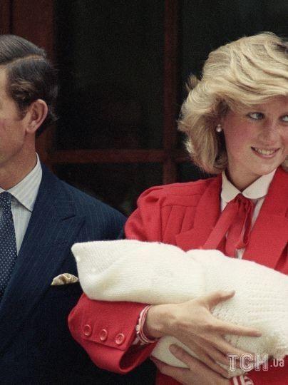 Принцесса Диана и принц Чарльз с новорожденным принцем Гарри в день выписки из госпиталя Святой Марии в Лондоне, 1984 год / © Associated Press