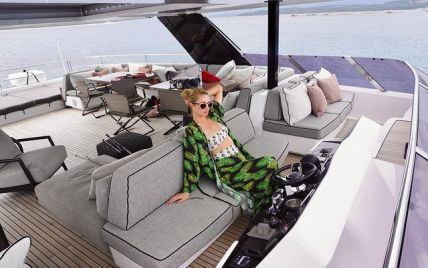 Відпочиває на Сардинії: Періс Гілтон в купальнику ніжиться на яхті