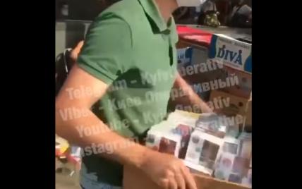 В Киеве парни напали на продавцов сигарет и уничтожили их товар: видео