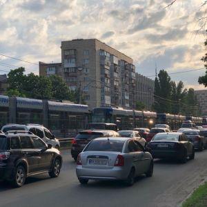 В Киеве скоростной трамвай сошел с рельсов - образовались огромные пробки