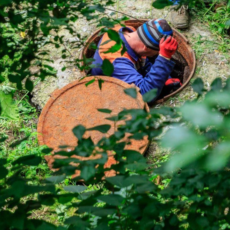 Пакети, пластик, скло, овочі та шкірки: що кияни викидають в каналізацію і чим це небезпечне