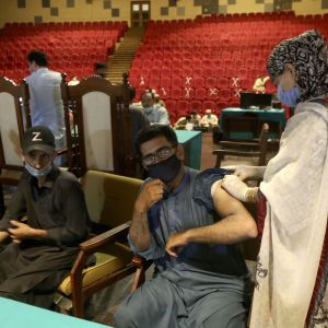 У Пакистані заблокують телефони невакцинованих від коронавірусу громадян