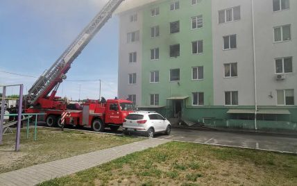 Пожар в пятиэтажке под Киевом мог спровоцировать взрыв гранаты, а распространению огня способствовал утеплитель