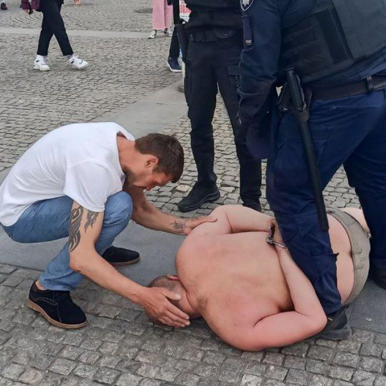 В центре Днепра мужчина бросался на прохожих: видео